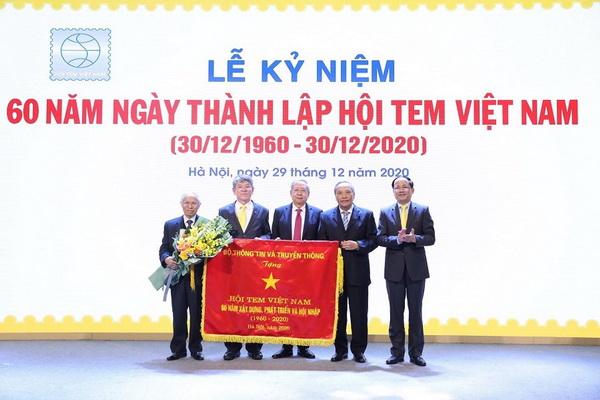 Thứ trưởng Bộ TT&TT Phạm Anh Tuấn (thứ nhất từ phải sang) trao tặng bức trướng lưu niệm cho lãnh đạo Hội Tem Việt Nam.