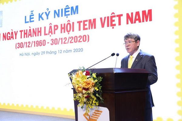 Chủ tịch Hội Tem Việt Nam Đinh Như Hạnh đọc diễn văn khai mạc tại Lễ kỷ niệm.