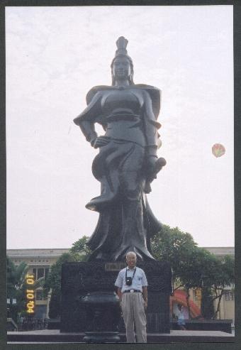 Name:  hinh chup truoc tuong Le Chan.jpg Views: 2177 Size:  125.6 KB