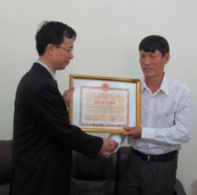 Name:  Anh Le Hoan Hung nhan bang khen.jpg Views: 269 Size:  16.0 KB