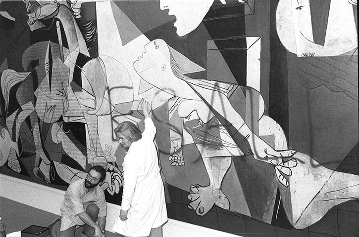Name:  Guernica-by-Pablo-PicassoIn-1974-Tony-Shafrazi-the-owner-of-an-art-gallery-in-New-York-tookspray.jpg Views: 770 Size:  116.3 KB